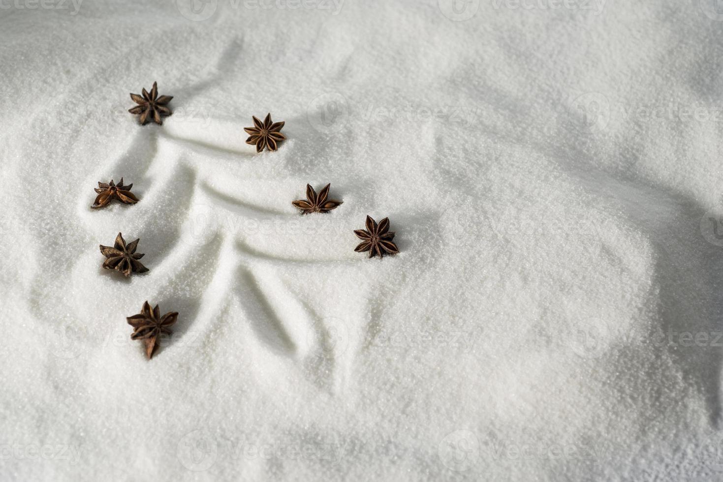 kerstboom getekend in sneeuw foto