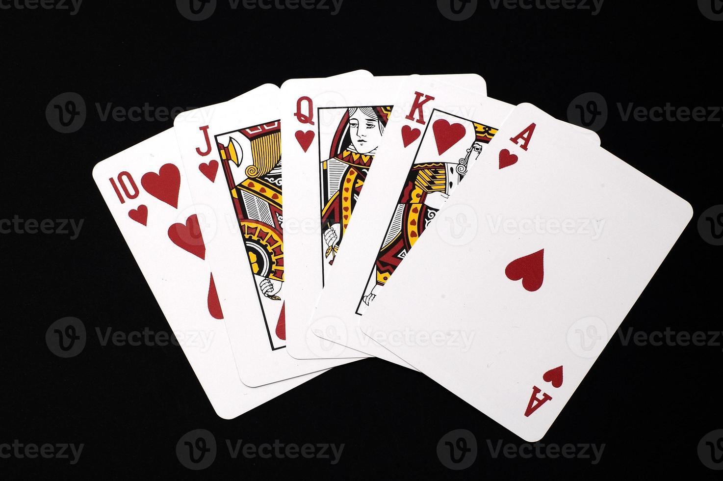 harten royal flush hand geïsoleerd op zwart foto