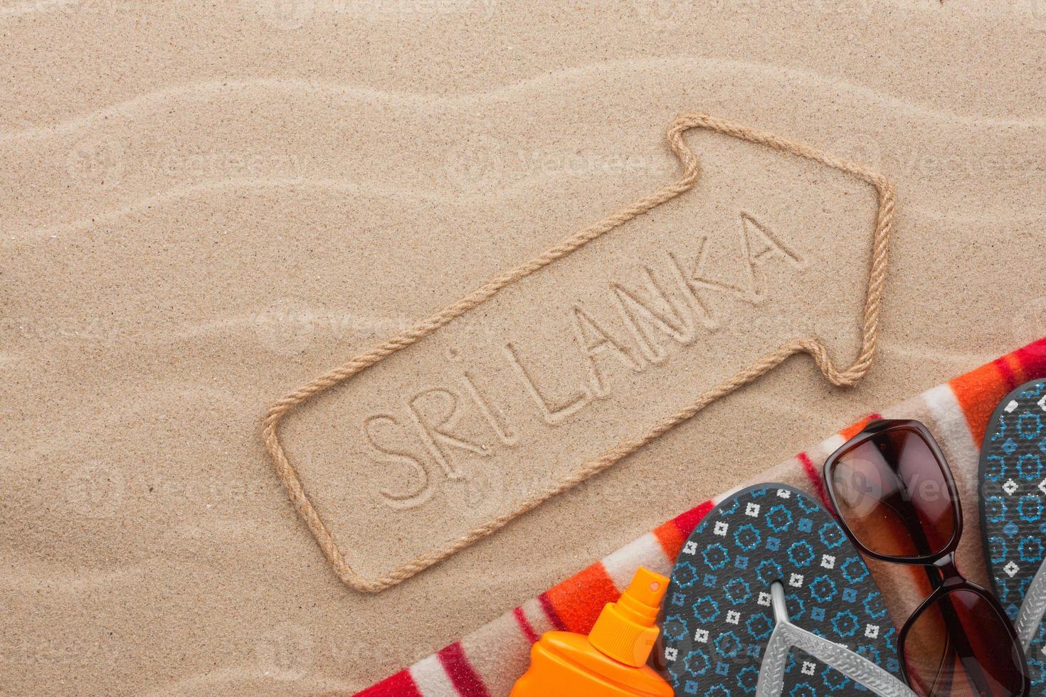 sri lanka aanwijzer en strandaccessoires liggend op het zand foto
