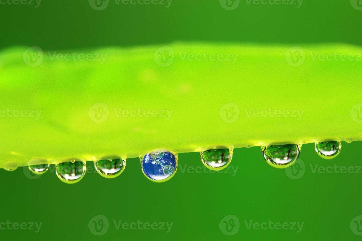 aarde in waterdruppel reflectie foto