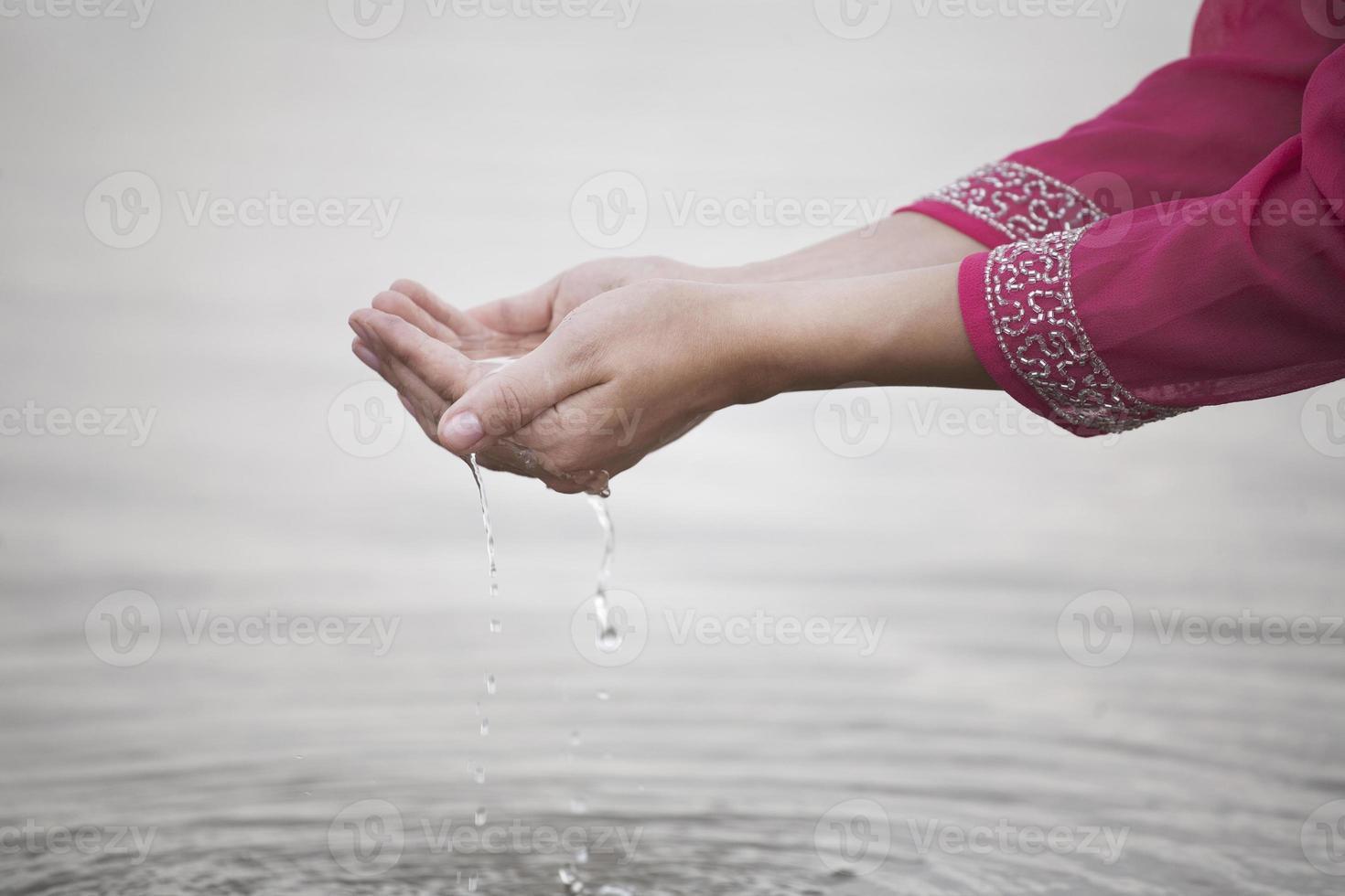 hand aanraken water foto