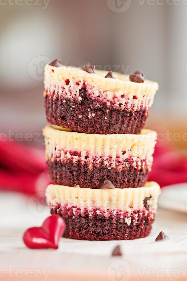 stapel van drie onweerstaanbare mini cheesecakes van rood fluweel foto