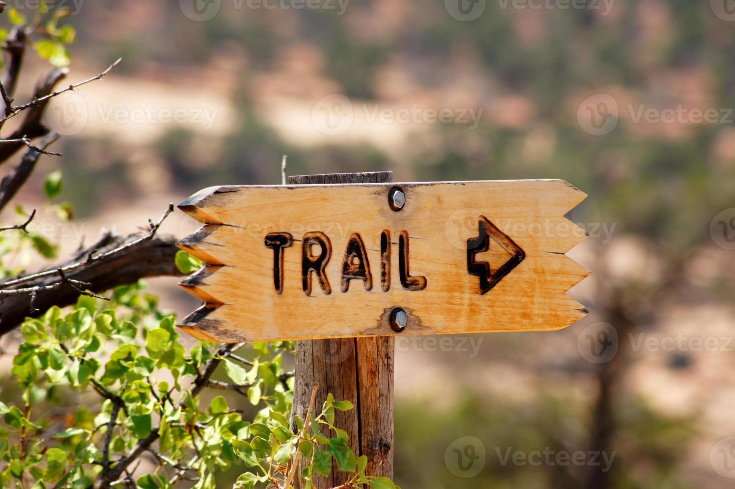 bruin richtingbord voor een pad dat naar rechts wijst foto