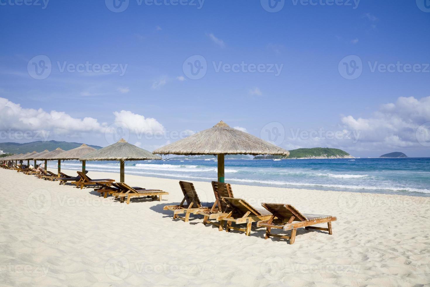 ligstoelen en parasols aan zee foto