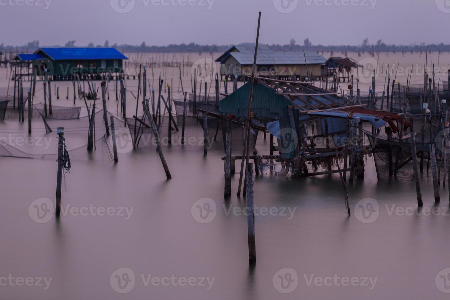 houten pier op een blauw meer zonsondergang en bewolkte sk foto