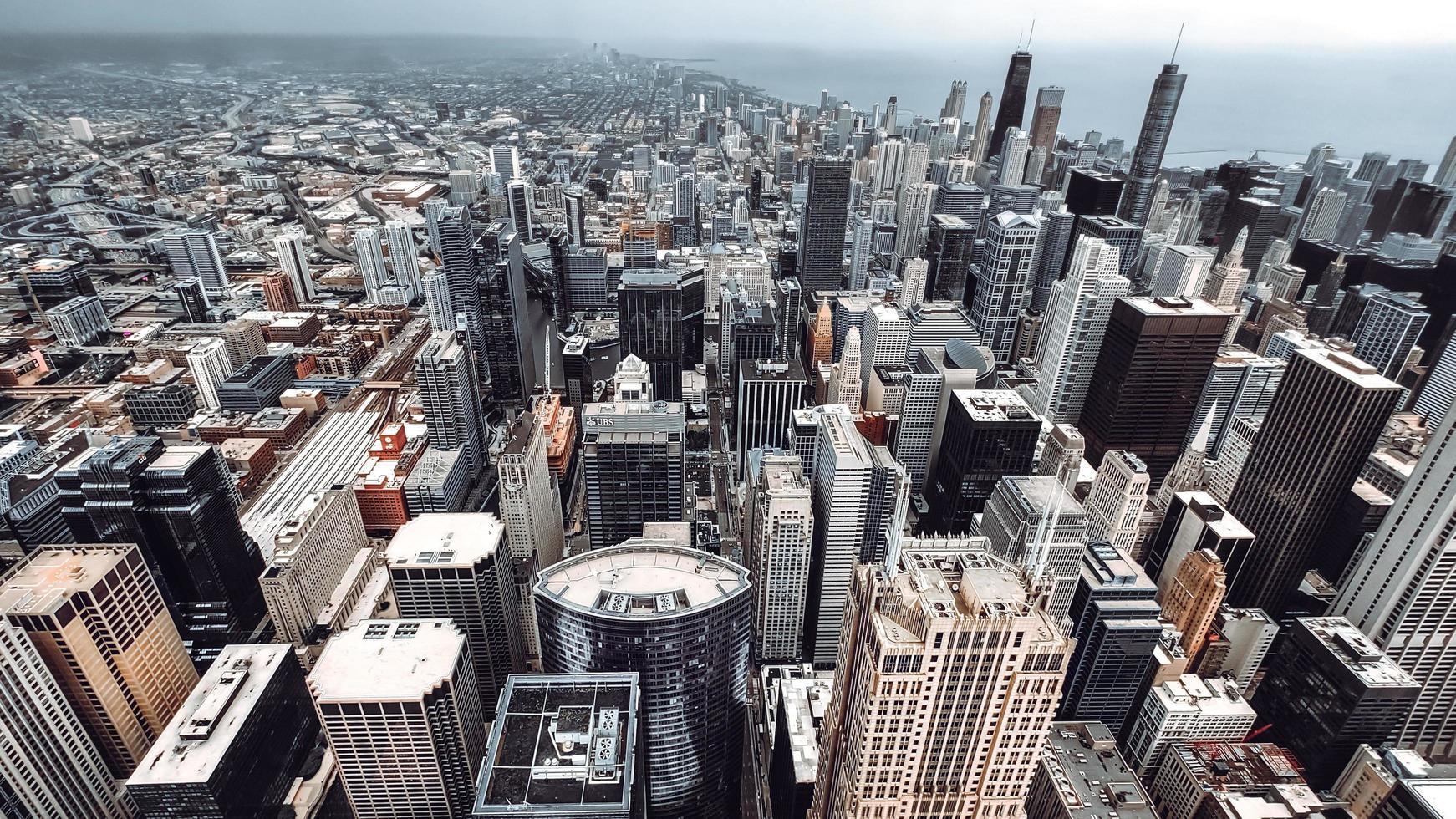 grijze betonnen gebouwen overdag foto