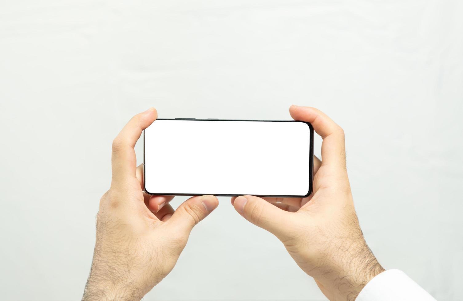 met een horizontale smartphone met wit scherm foto