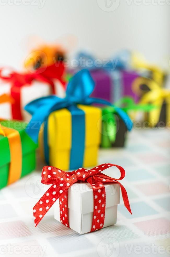 gekleurde geschenkdozen met satijnen linten foto