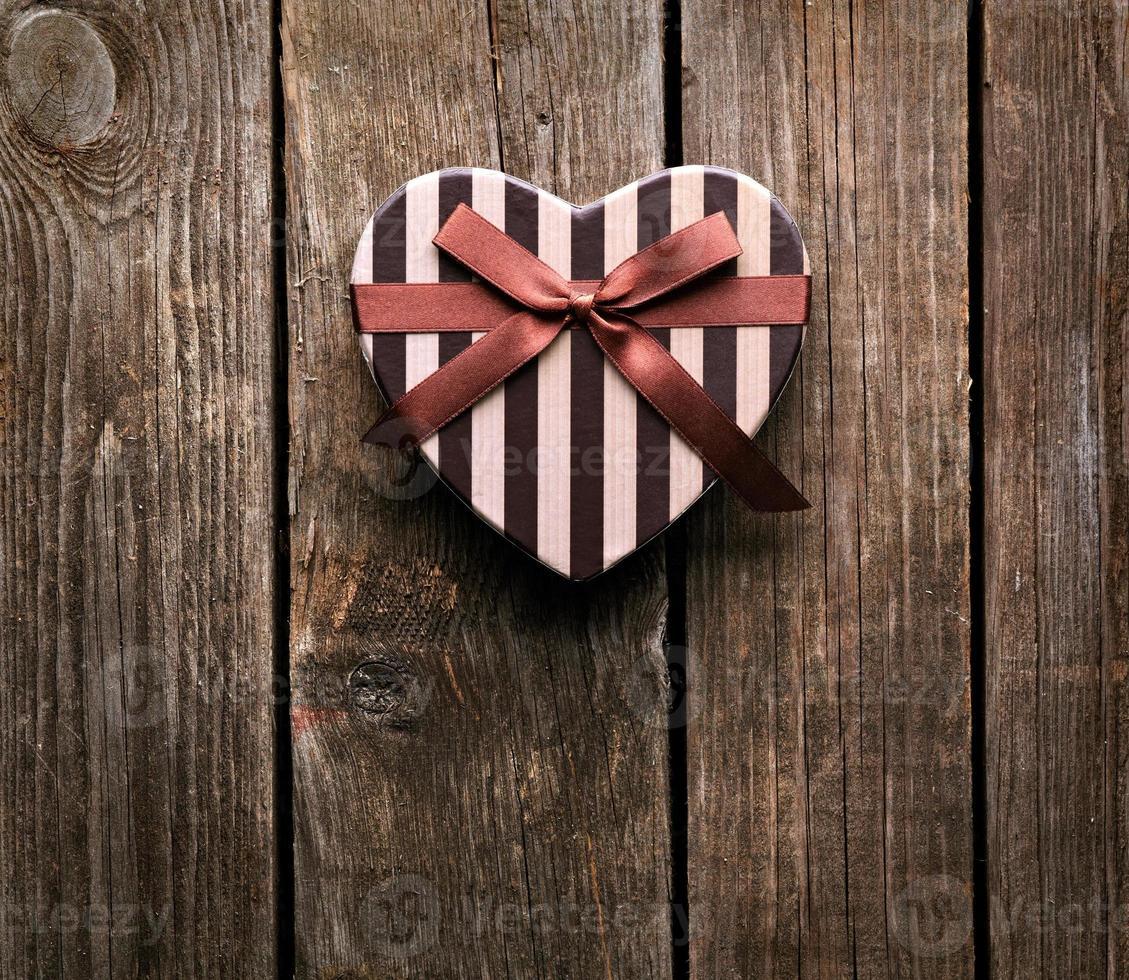 hartvormige Valentijnsdag geschenkdoos op houten platen. foto