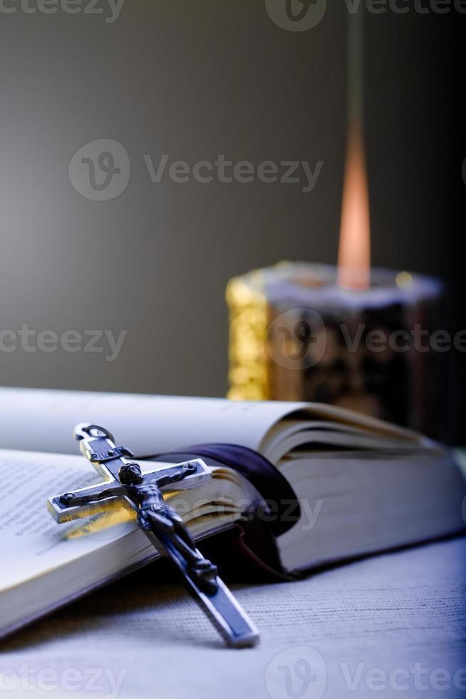 kruis en gebedenboek foto