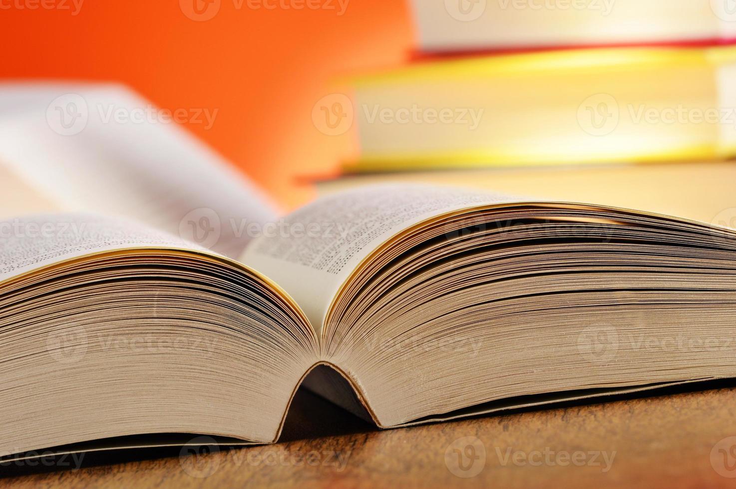 compositie met boeken op tafel foto