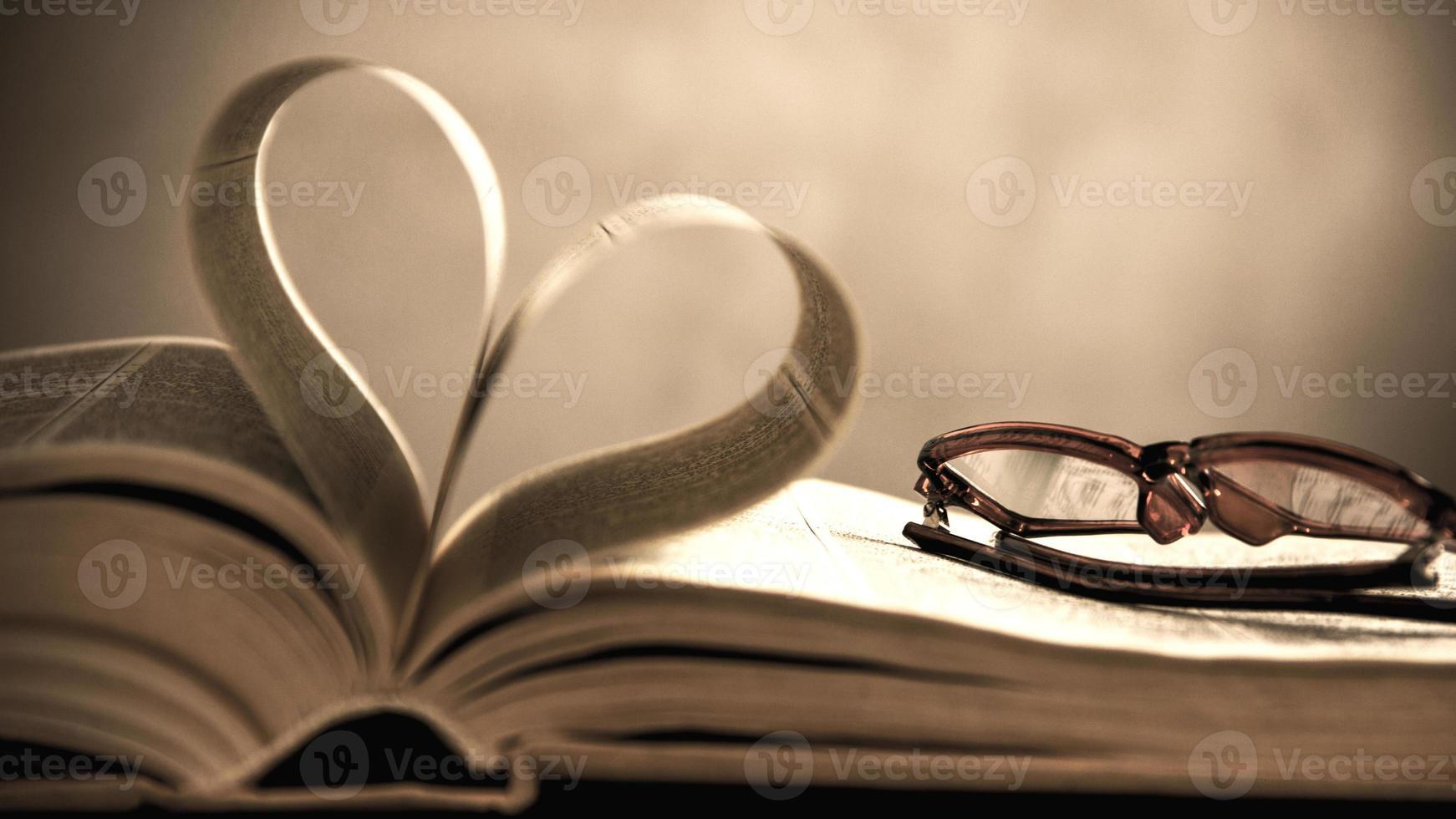 symbool van het hart van de pagina's van een oud boek foto