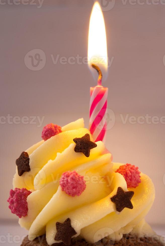 gelukkige verjaardag cupcake met kaars foto