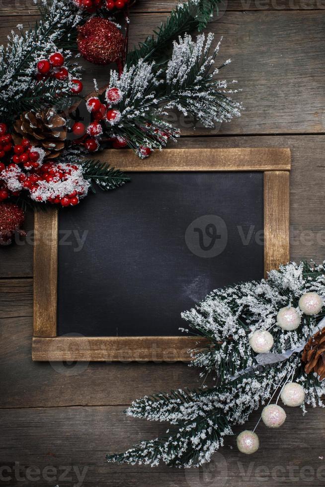 kerstversiering op houten achtergrond van oude planken. foto