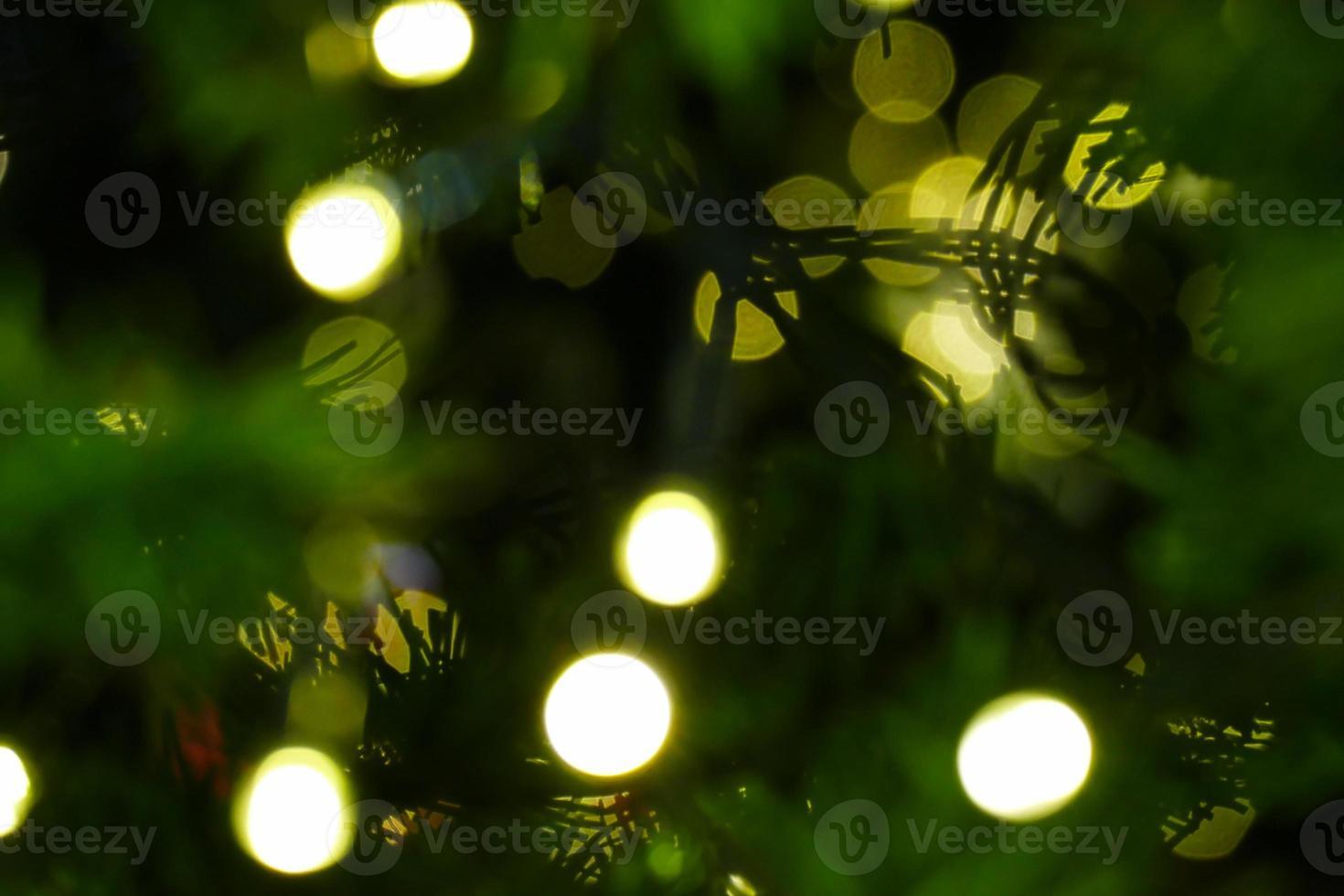 bokeh van kerstboom voor vakantie achtergrond foto
