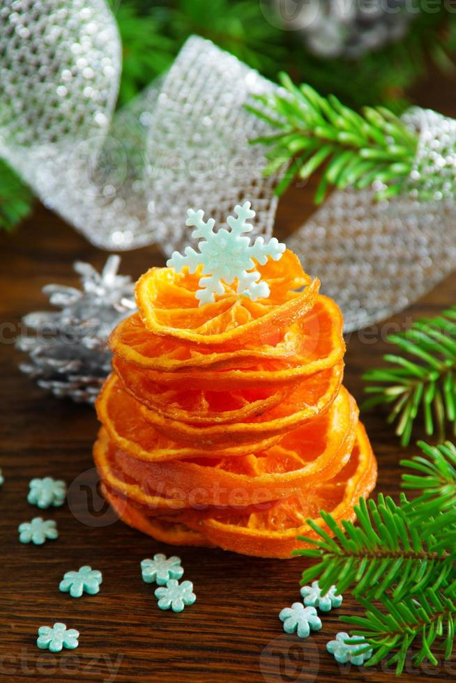 geïmproviseerde kerstboom van gekonfijte sinaasappel. foto