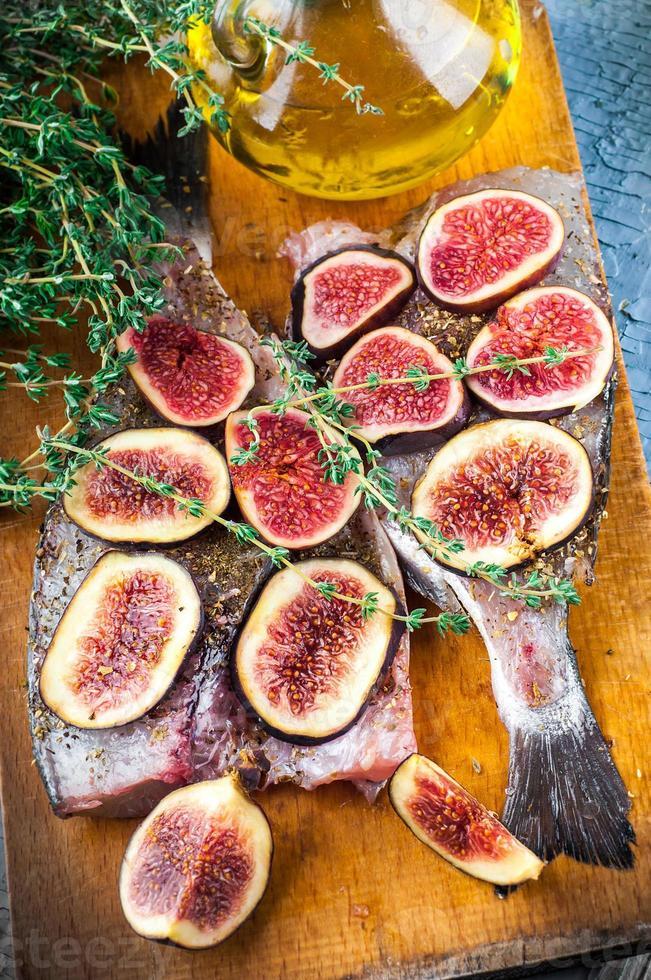 dorado vis met citroen en vijgen foto
