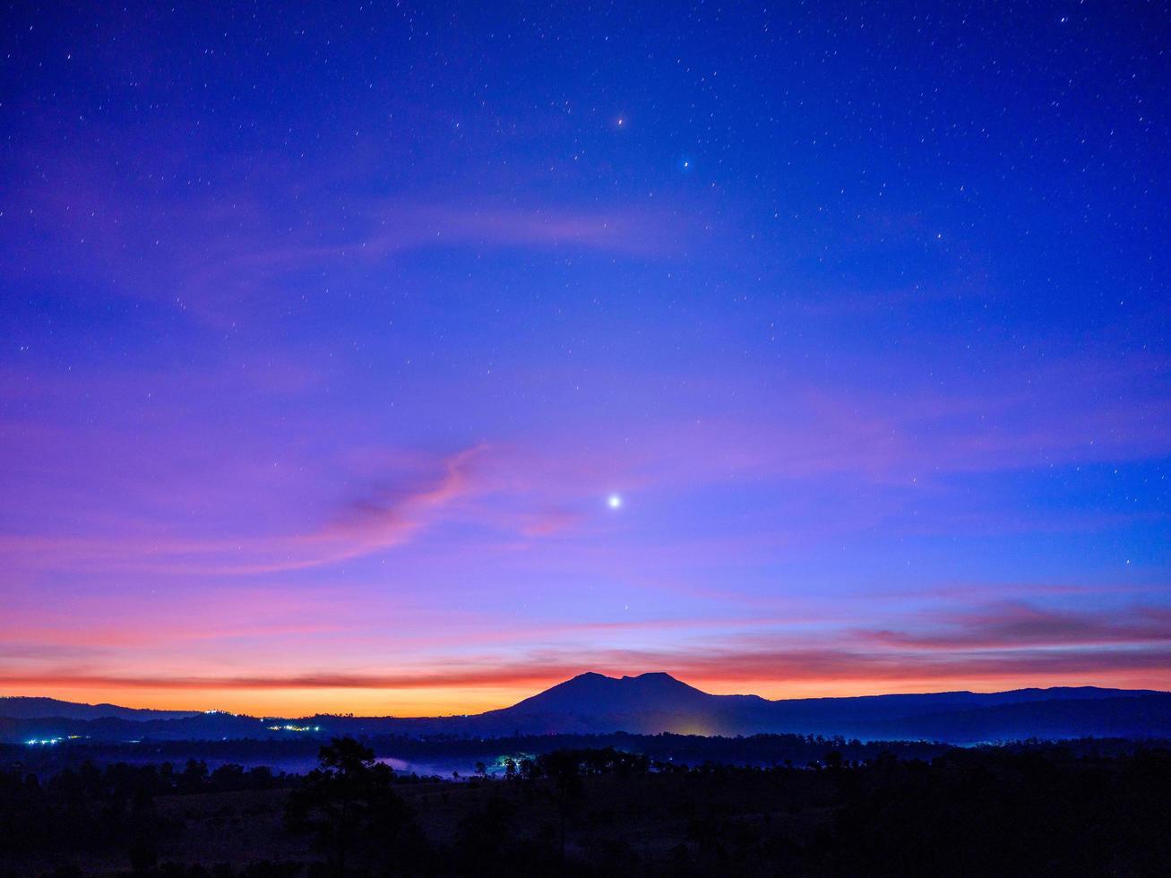 berg met zonsondergang en blauwe hemelachtergrond foto