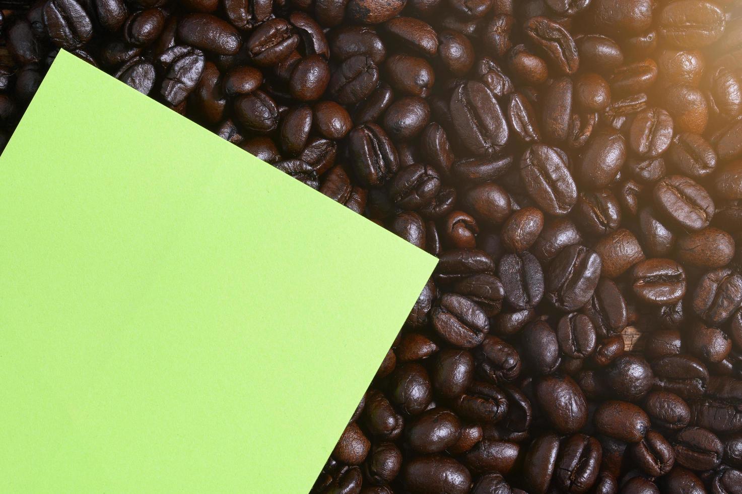 nota papier en koffiebonen, bovenaanzicht foto