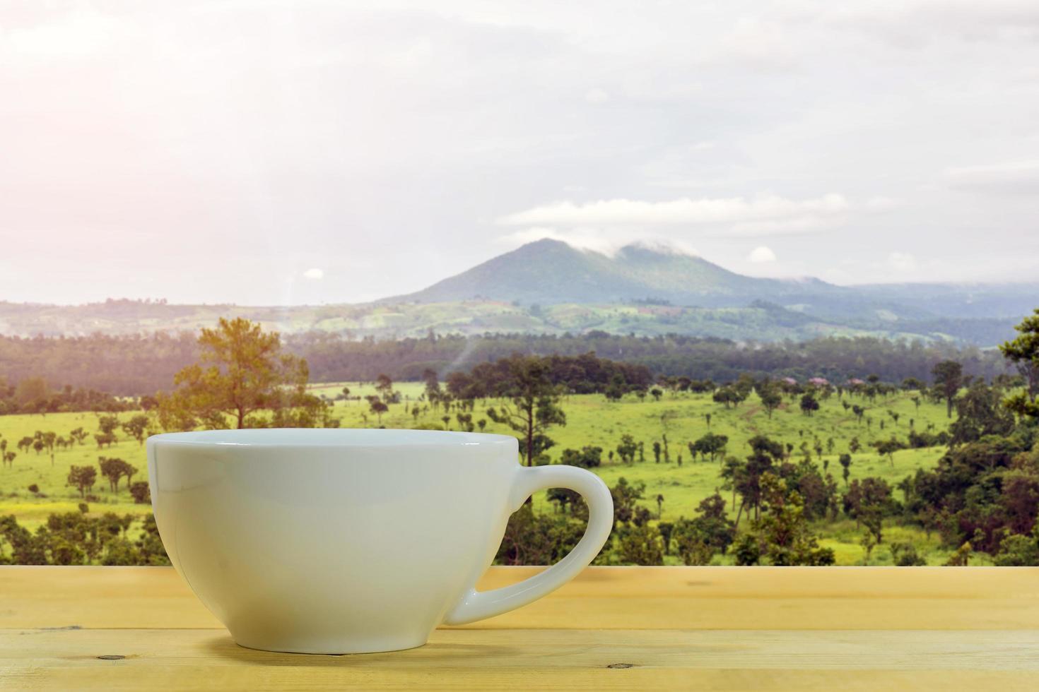 koffiekopje met een bergachtige achtergrond foto