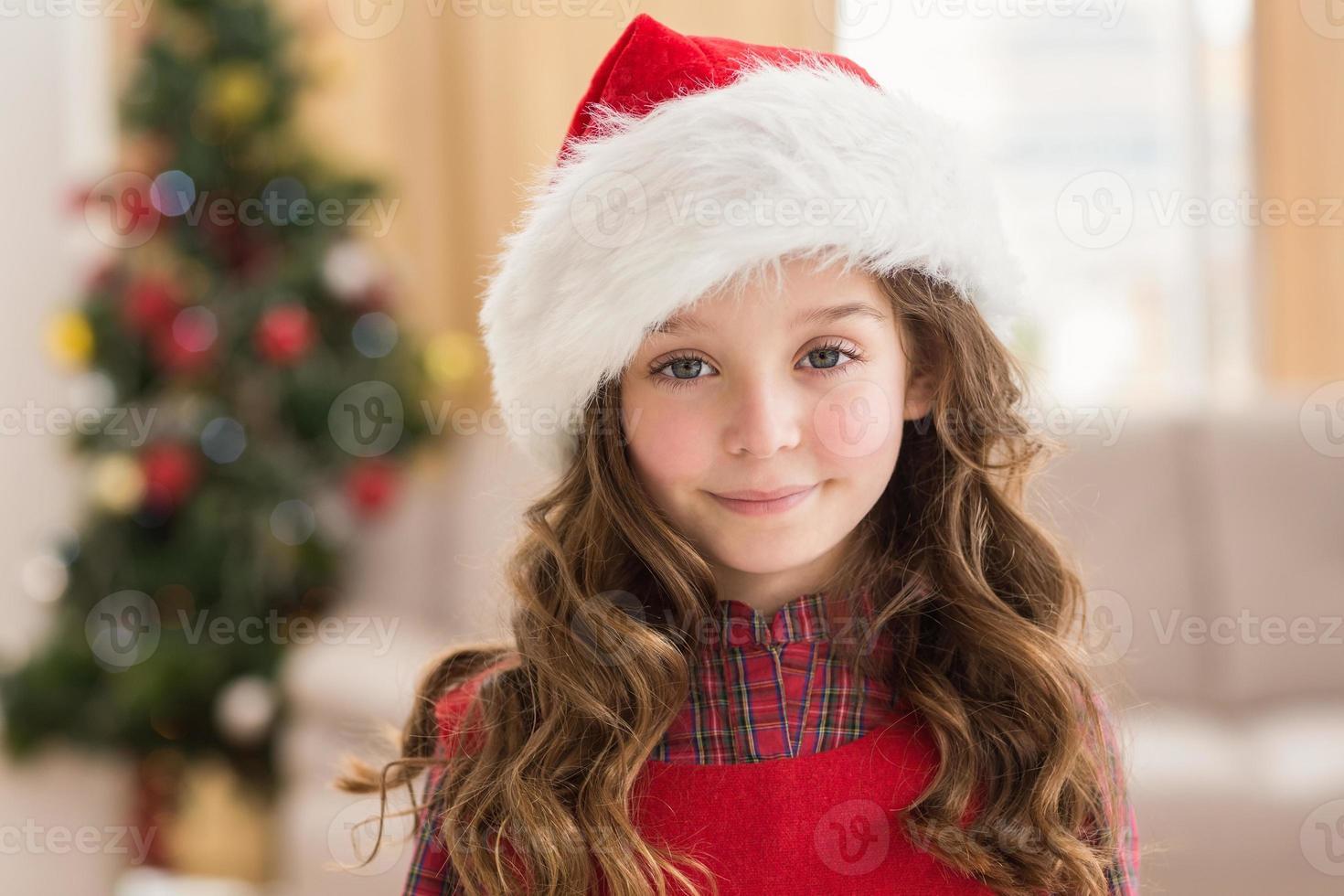 feestelijk meisje glimlachend in de camera foto