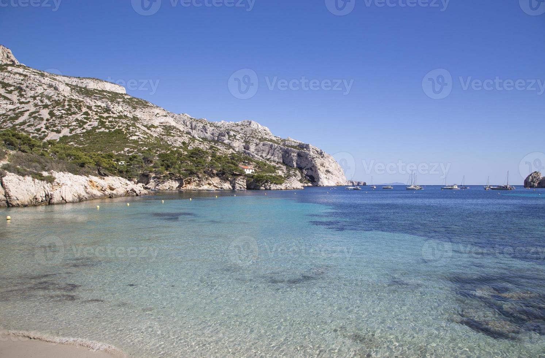 uitzicht op baai sormiou in calanques, marseille, zuid frankrijk foto
