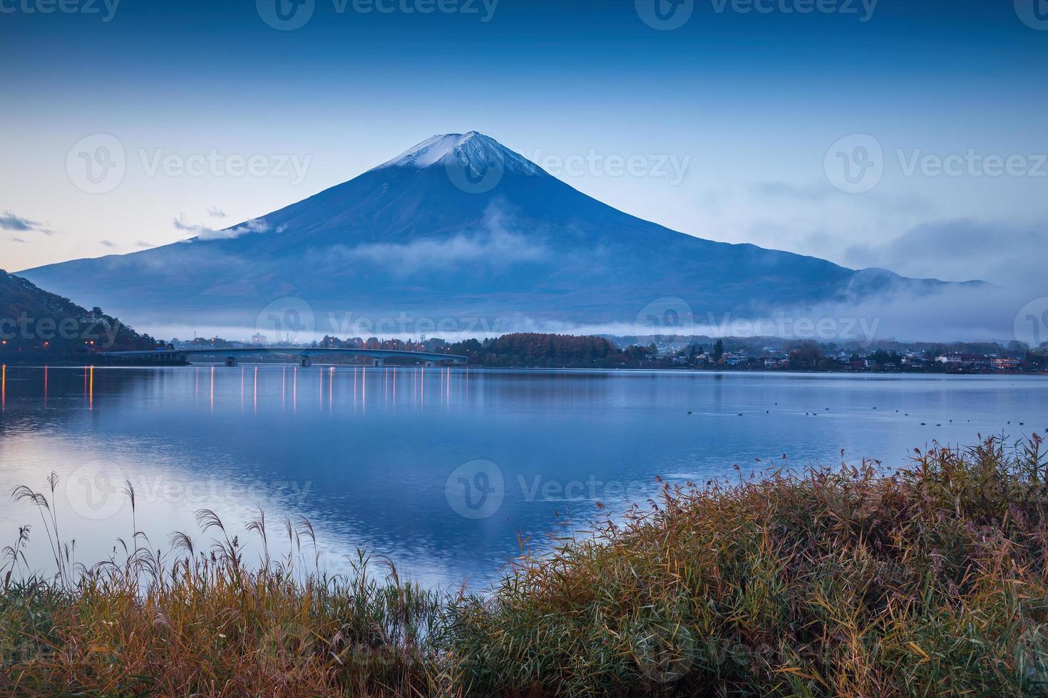 de prachtige berg Fuji in Japan bij zonsopgang foto