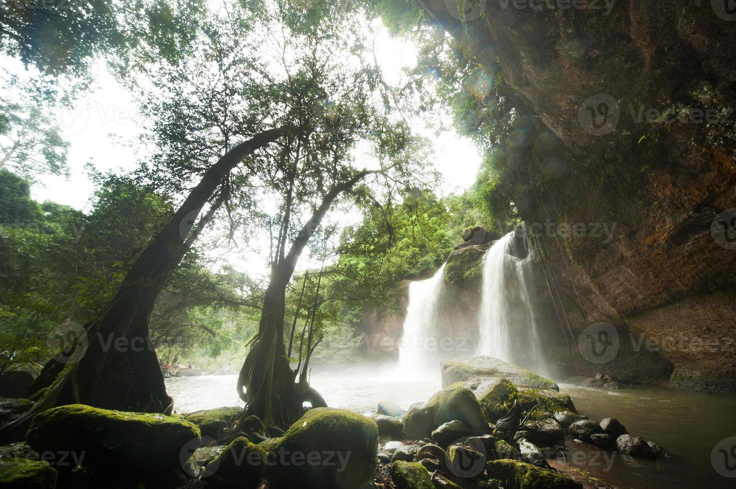 haew suwat waterval in het nationale park van khao yai, thailand. foto