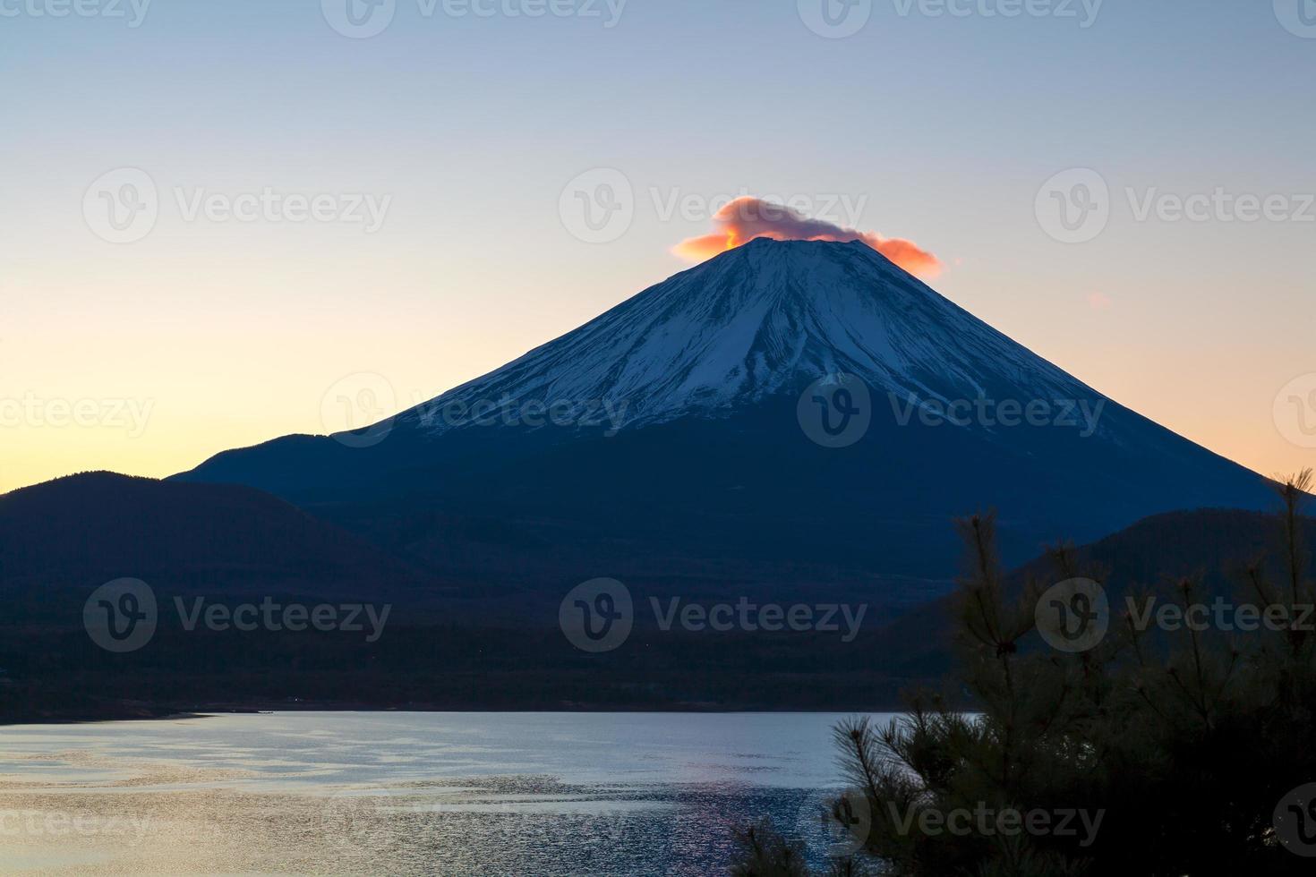 mooie mt. fuji-ochtendgloed van een motosukomeer foto