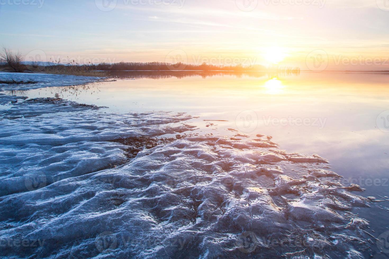 zonsondergang over het meer foto