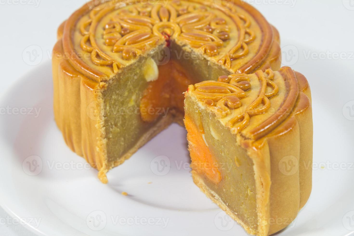 gesneden mooncake op witte plaat foto