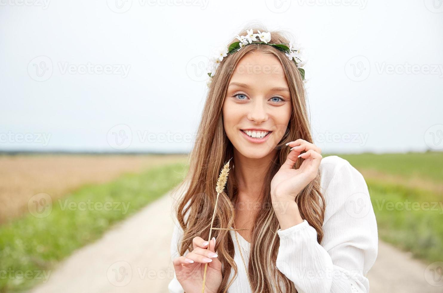 lachende jonge hippie vrouw op graan veld foto
