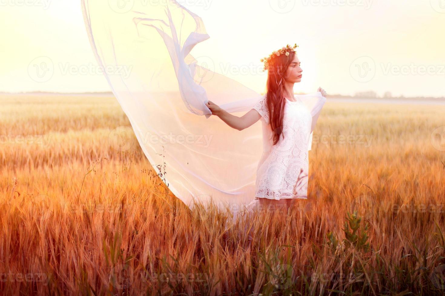 vrouw in het tarweveld foto