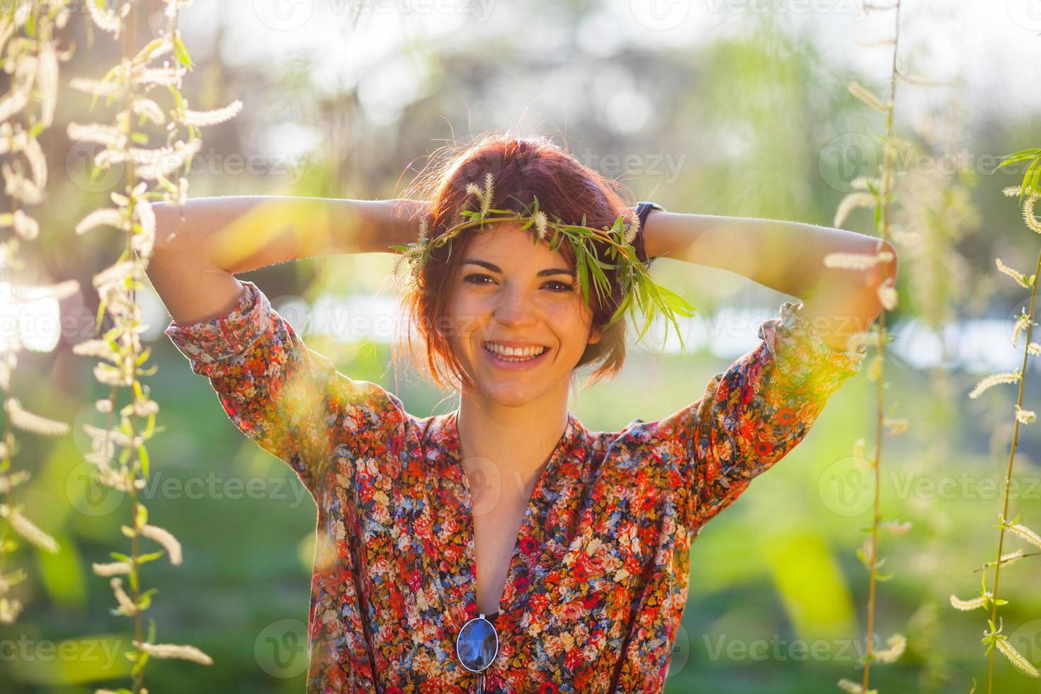 schattige jonge vrouw met takken krans foto