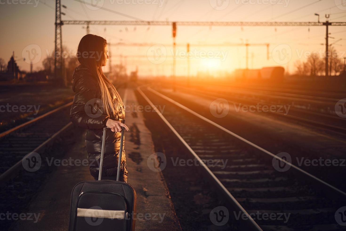 jonge reizigersvrouw in spoorweg foto