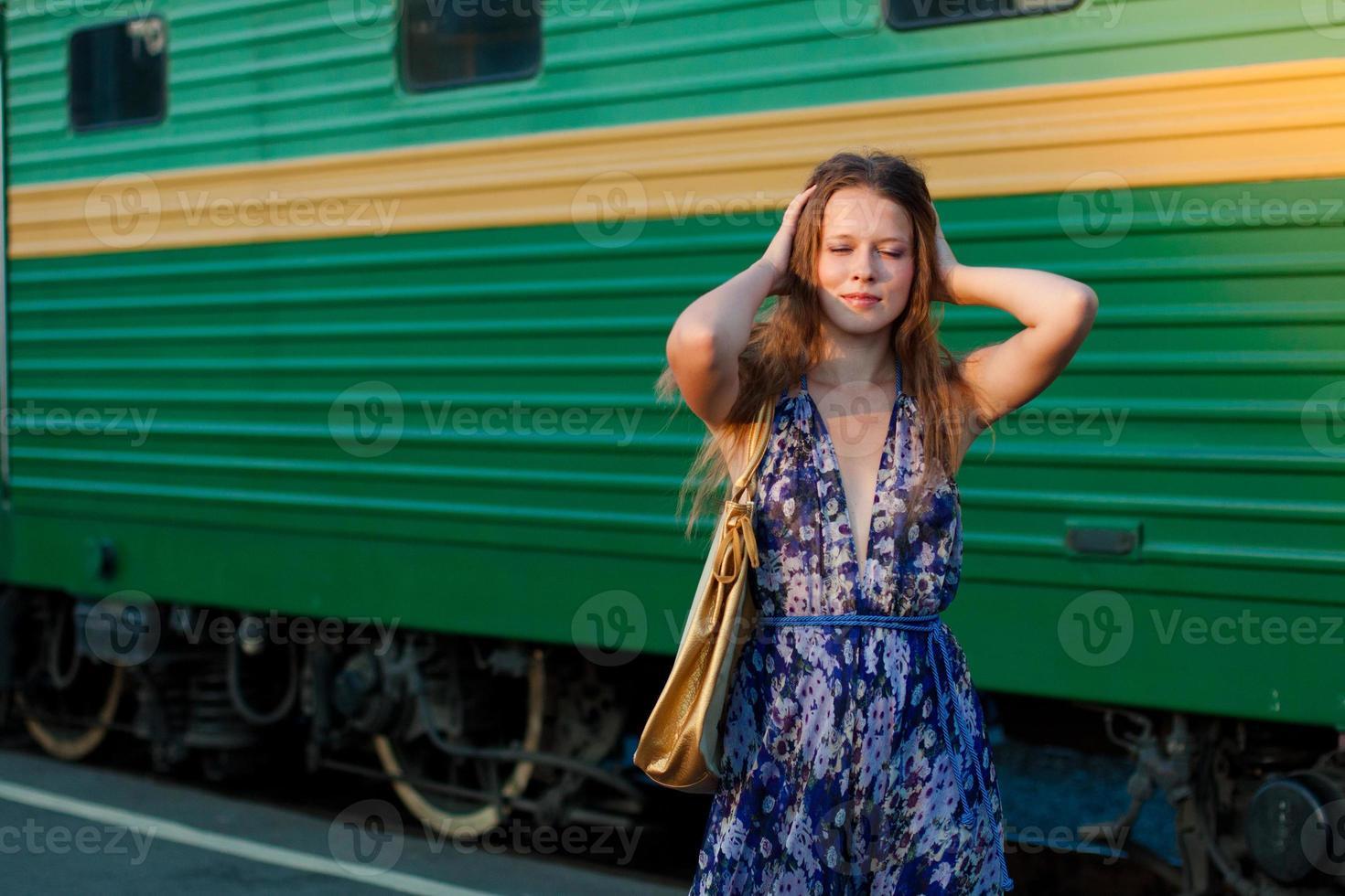 vrouw wacht trein op het perron foto