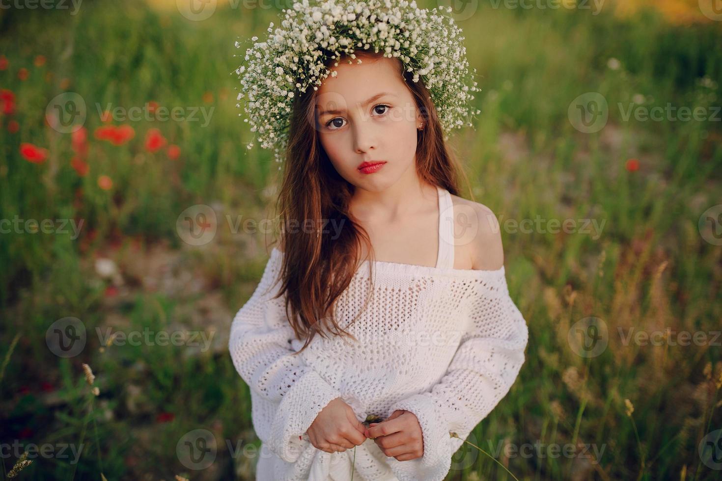 mooi meisje poseren in rok een krans van papavers foto