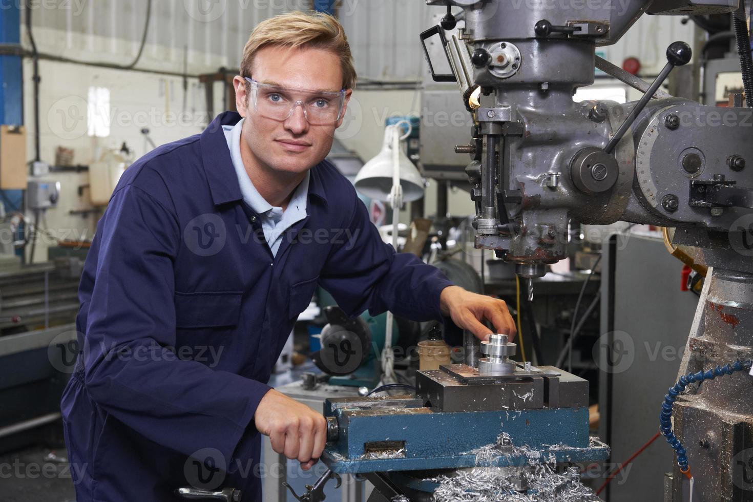 portret van ingenieur met boor in fabriek foto