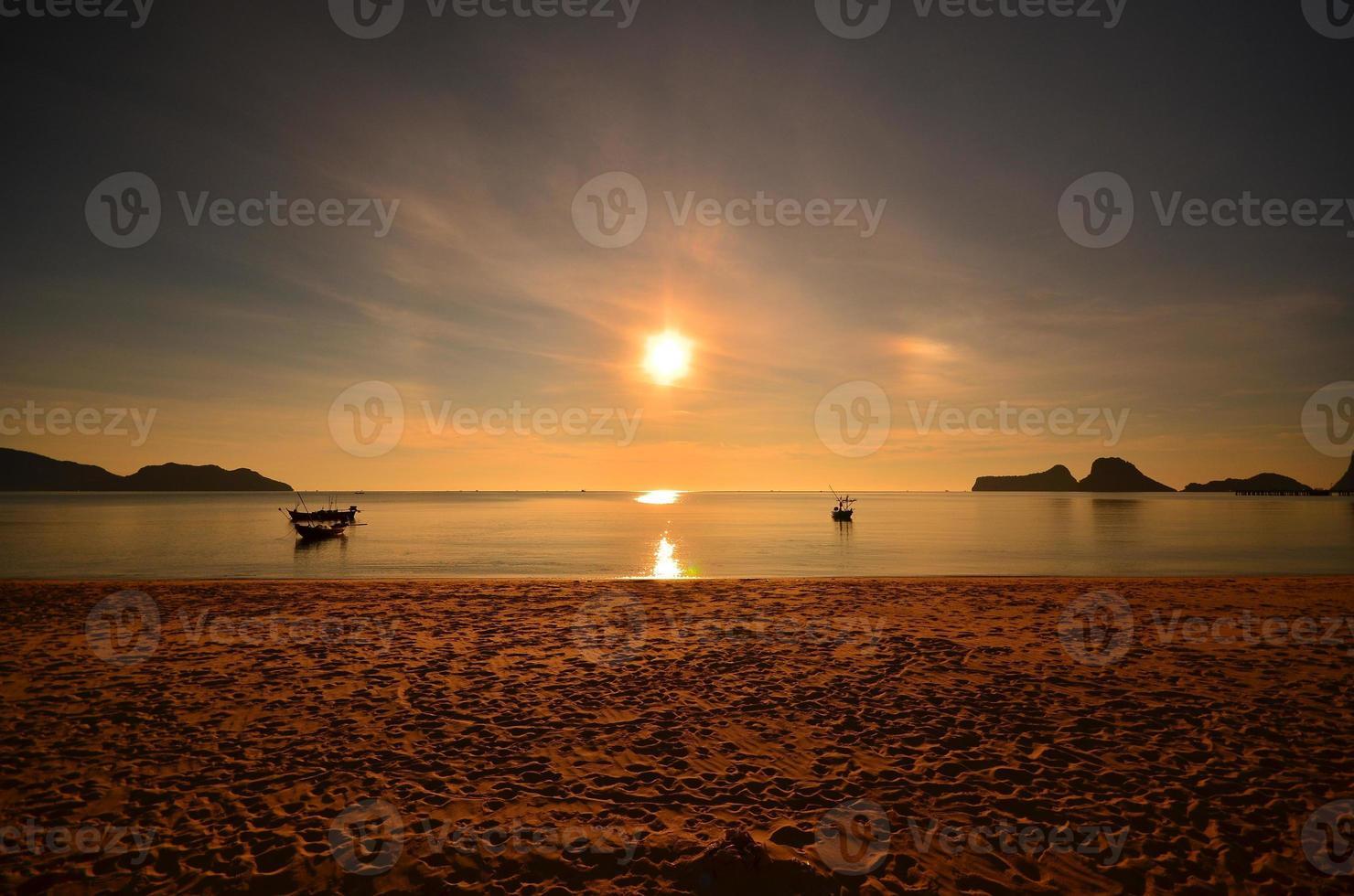 strand en boten bij zonsopgang scenics foto