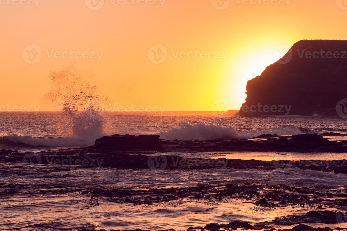 gouden zonsondergang bij Curio Bay foto