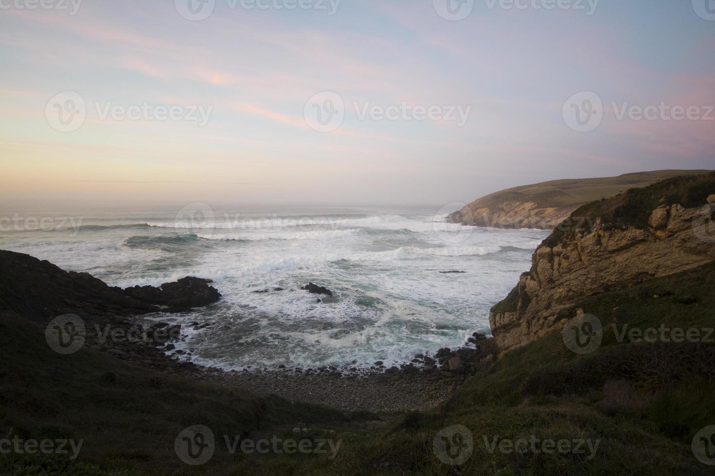 klein rotsachtig strand. foto