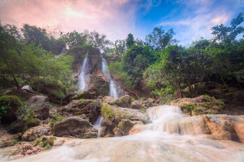 prachtige waterval sri gethuk jogja indonesië foto