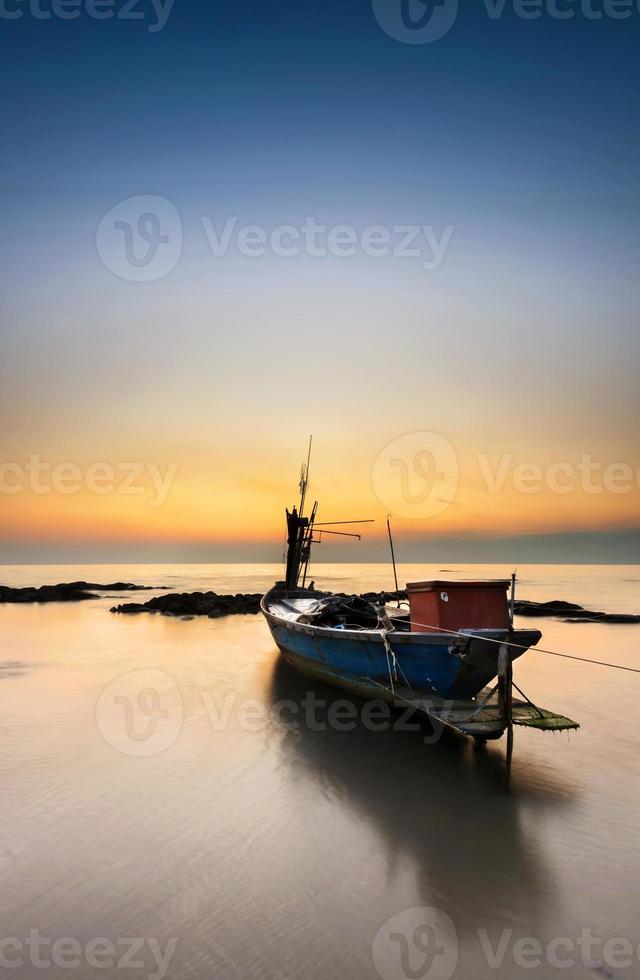 vissersboot bij het strand van lan hin khao, rayong, thailand foto