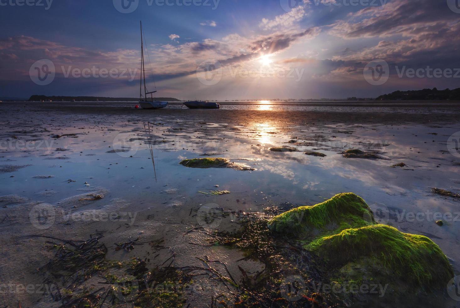 boten liggen hoog en droog aan de kust bij zandbanken foto