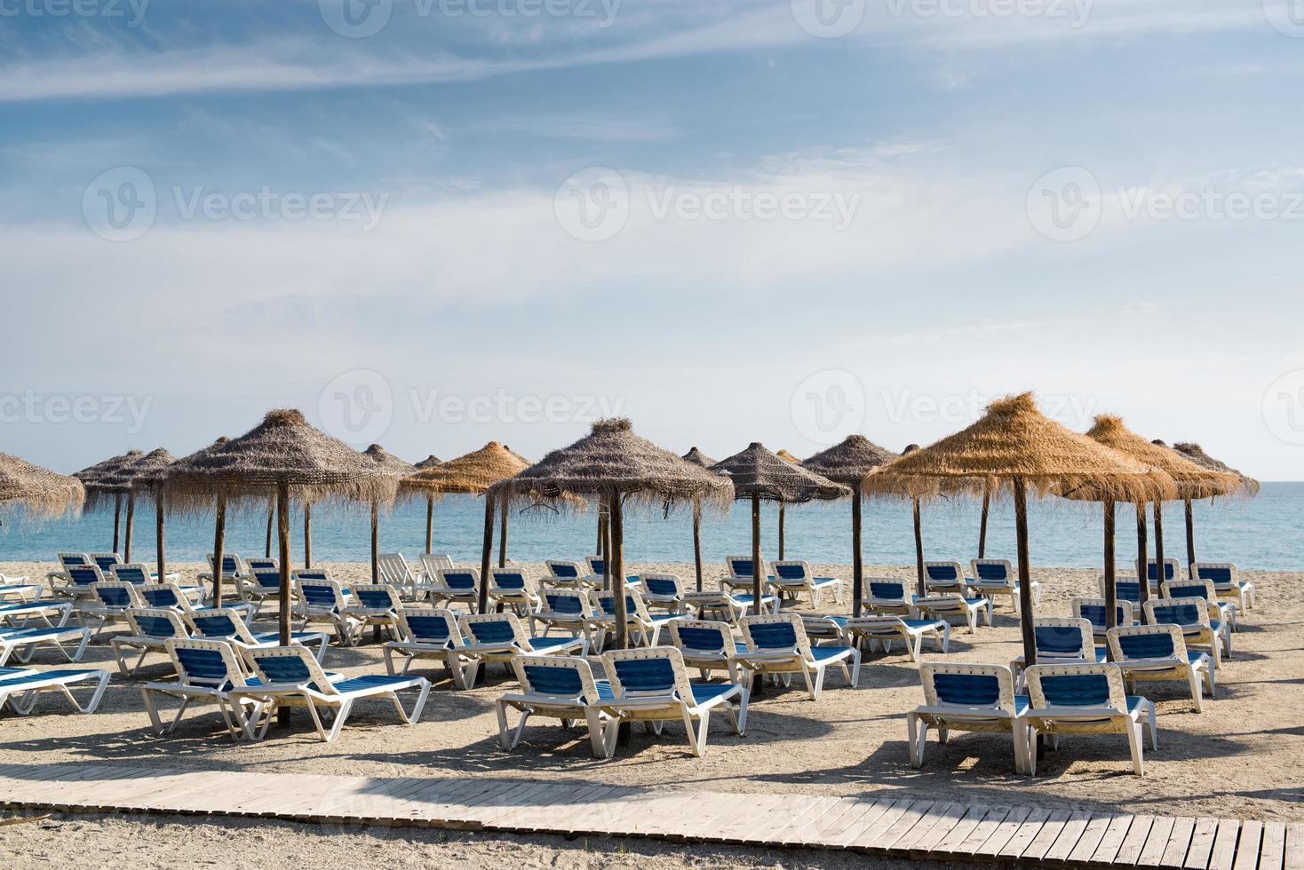 parasols met ligstoelen foto