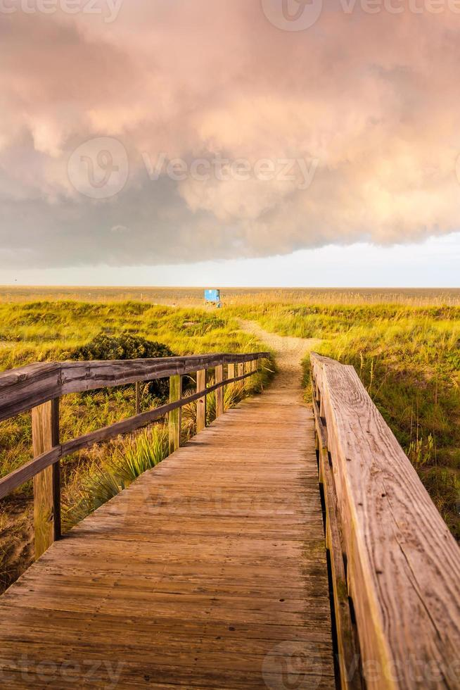 loopbrug naar het strand foto