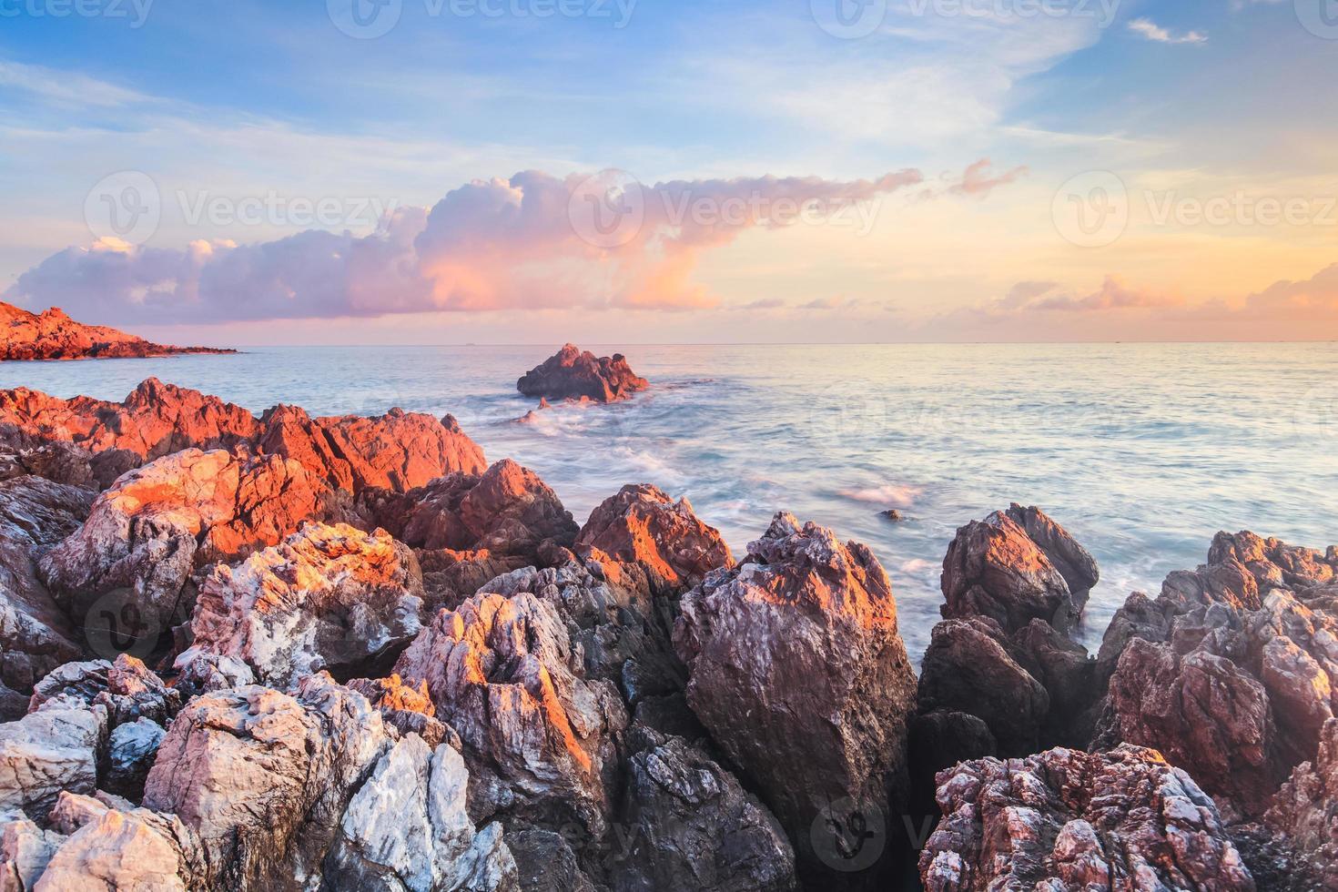 zonsopgang boven de kust van Sicilië foto