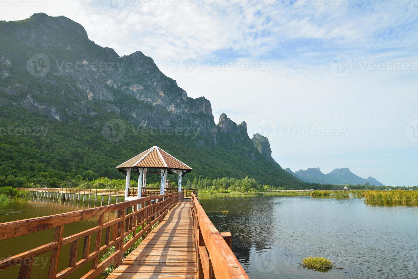 houten brug in lotusmeer bij khao sam roi yod foto