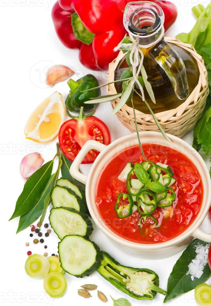 tomatensoep gazpacho, groenten en kruiden foto