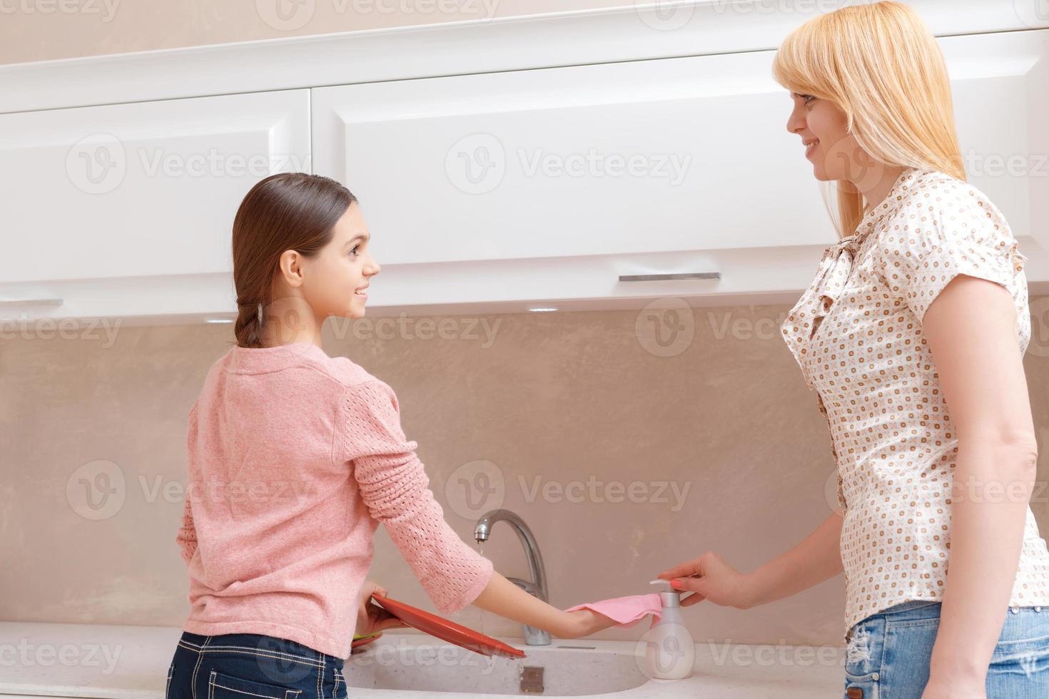moeder en dochter afwassen foto